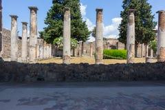 Quintal antigo com colunas e árvores em Pompeii, Itália Conceito antigo da cultura Ruínas de Pompeii foto de stock