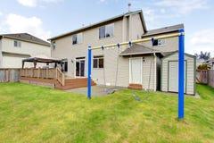 Quintal com a casa e a cerca americanas típicas. Fotos de Stock Royalty Free