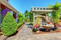 Quintal com sala de visitas ao ar livre. Fotos de Stock