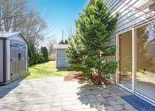 Quintal da casa com vertente pequena Imagem de Stock Royalty Free