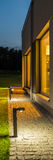 Quintal da casa de campo iluminado na noite imagens de stock royalty free