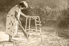 Quintal da limpeza do passeante da senhora idosa Imagens de Stock Royalty Free