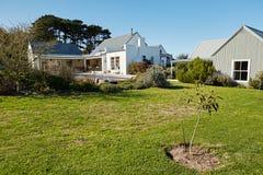 Quintal de uma casa do estilo country no verão Imagem de Stock