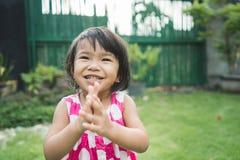 Quintal feliz da expressão do ` s da criança bonita em casa fotografia de stock