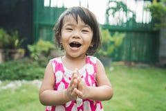 Quintal feliz da expressão do ` s da criança bonita em casa imagens de stock