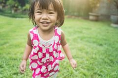 Quintal feliz da expressão do ` s da criança bonita em casa fotos de stock royalty free