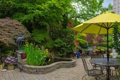 Quintal Hardscape da casa com mobília do pátio do jardim Fotos de Stock Royalty Free