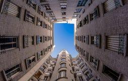 Quintal parisiense com um céu azul fotografia de stock royalty free
