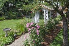 Quintal Rose Garden Path Fotos de Stock Royalty Free