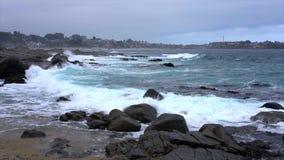 Quintay, côte rocheuse du Chili a battu par la marée de vagues venant dans - le mouvement lent banque de vidéos