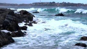 Quintay, côte rocheuse du Chili battue par des vagues - angle faible clips vidéos