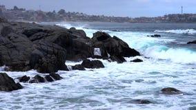 Quintay, côte rocheuse du Chili battue par des vagues - courbes banque de vidéos