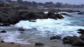 Quintay, côte rocheuse du Chili battue par des vagues - vue étroite banque de vidéos