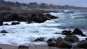Quintay, côte rocheuse du Chili battue par des vagues - vue moyenne banque de vidéos