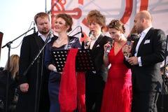 Quinteto internacional de Opera do italiano do russo na fase aberta do festival Opera de Kronstadt cinco cantores de estrelas de  Fotografia de Stock Royalty Free