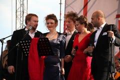 Quinteto italiano ruso internacional de la ópera en la etapa abierta de la ópera del festival de Kronstadt cinco cantantes de las Imagen de archivo