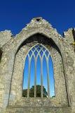 Quintilla arqueada medieval Irlanda del Co. de la ventana Foto de archivo libre de regalías