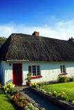 Quintilla irlandesa de Adare Co. de la cabaña del viejo estilo Imagen de archivo libre de regalías