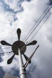 Quintuplique un farol en el fondo de un cielo nublado Fotos de archivo libres de regalías
