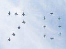 Quinze avions peignent le schéma 70 dans le ciel Photo libre de droits