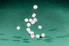 Quinze blancs découpe la chute sur une table verte image libre de droits