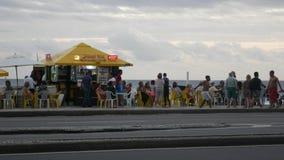 Quiosco animado en la playa de Ipanema mientras que el hombre juega música brasileña del estilo de la Nova del bossa con su guita almacen de video