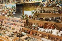 Quiosco con las figuras para crear escenas miniatura de la Navidad Foto de archivo libre de regalías