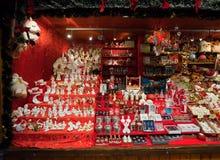 Quiosco con los juguetes y los regalos de la Navidad Foto de archivo libre de regalías
