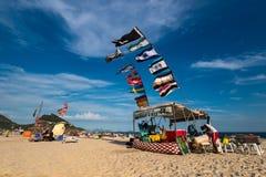 Quiosco de la playa con muchas banderas en el viento Imagen de archivo libre de regalías
