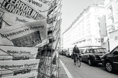 Quiosco de la prensa de la ciudad con los títulos internacionales después del attac de Londres Fotografía de archivo