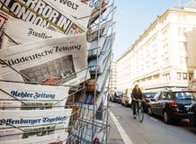 Quiosco de la prensa de la ciudad con los títulos internacionales después del attac de Londres Fotos de archivo