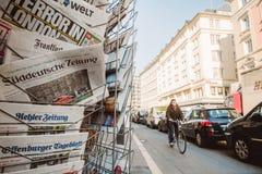 Quiosco de la prensa de la ciudad con los títulos internacionales después del attac de Londres Imagen de archivo