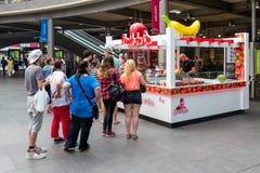 Quiosco de los dulces de la gente que espera para en la estación central Amberes, Bélgica Foto de archivo