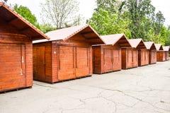 Quiosco de madera cerrado y bloqueado en el centro de la ciudad de la ciudad Soportes de madera que esperan el acontecimiento ven imagen de archivo
