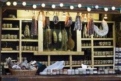 Quiosco de madera para la salchicha, la carne y las salsas de la venta Imagen de archivo libre de regalías