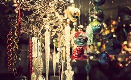 Quiosco justo iluminado de la Navidad con las cargas de la mercancía brillante de la decoración Fotografía de archivo