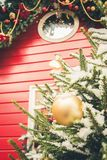 Quiosco rojo decorativo tradicional para el taller y los regalos hechos a mano de la Navidad de las ventas Decoración de Navidad  imagen de archivo libre de regalías