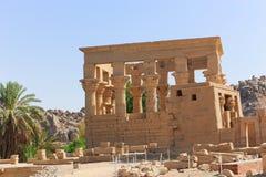 Quiosco troyano del ` s en el templo de ISIS - Asuán, Egipto imagenes de archivo