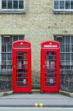 Quioscos de teléfono rojos británicos tradicionales Imágenes de archivo libres de regalías