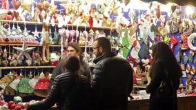 Quiosque com os brinquedos e os presentes tradicionais do Natal video estoque