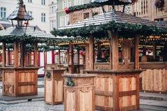 Quiosque de madeira iluminado do recinto de diversão do Natal com muitas decorações brilhantes, sem logotipos imagens de stock royalty free