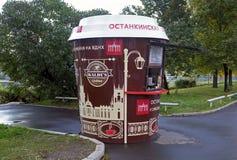 Quiosque para a venda do café na rua de Moscou fotografia de stock royalty free