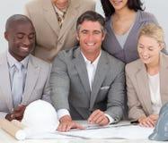 Équipe architecturale d'affaires étudiant des plans Photos stock