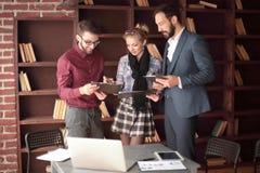 ?quipe cr?ative d'affaires discutant des documents d'entreprise dans le studio photo stock