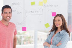 Équipe créative se tenant devant le tableau blanc Photos stock