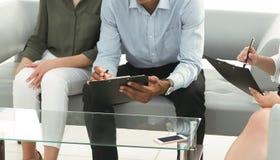 ?quipe d'affaires avec l'ordinateur portable pendant une pause photos libres de droits