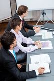 Équipe d'affaires dans la présentation de réunion de bureau Photo stock
