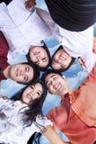 Équipe d'affaires dans le petit groupe extérieur Photographie stock libre de droits