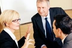 Équipe d'affaires discutant un projet Image stock