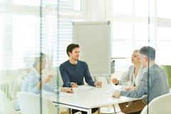 Équipe d'affaires lors d'une réunion de consultation Photos stock